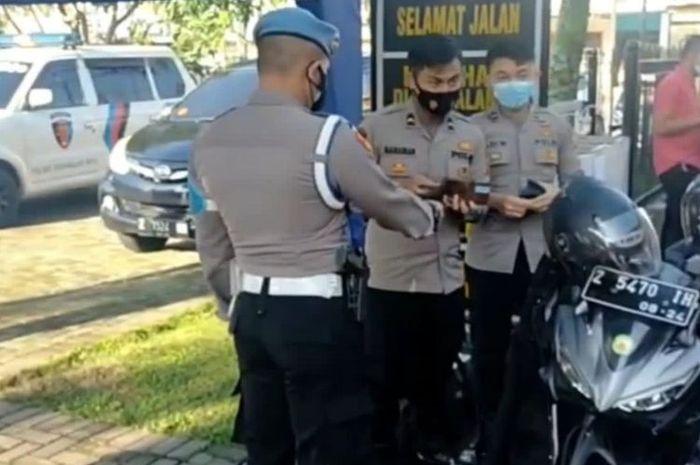Anggota Kepolisian tak miliki SIM dan surat kendaraan tak lengkap ditilang sesama anggota polisi dalam razia kedisiplinan di depan markas Polresta Tasikmalaya, Jumat (24/9/2021).