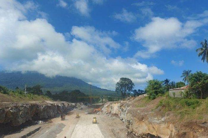 Salah satu pengerjaan yang masih dilanjutkan di jalan tol Manado-Bitung, yakni pembangunan Jembatan Ranowulu.
