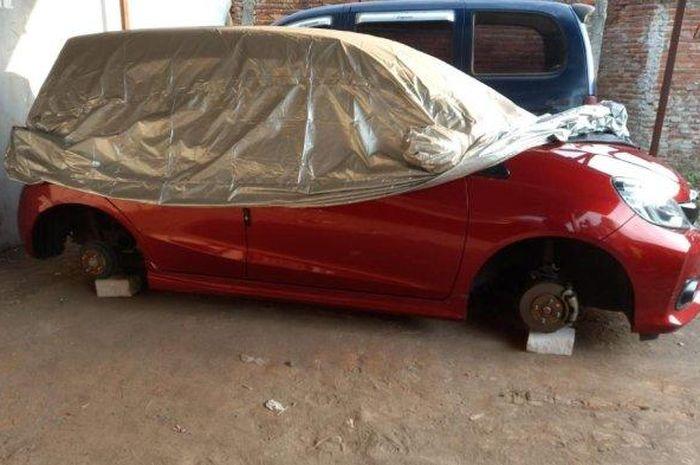 Honda Brio RS yang menjadi korban pencurian, keempat roda dimaling di lahan parkir kawasan Lowokwaru, kota Malang, Jatim