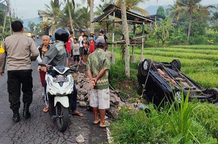 Toyota Avanza nyungsep dan kayang di sawah wilayah Karangasem, Bali pada Minggu (26/09/2021).