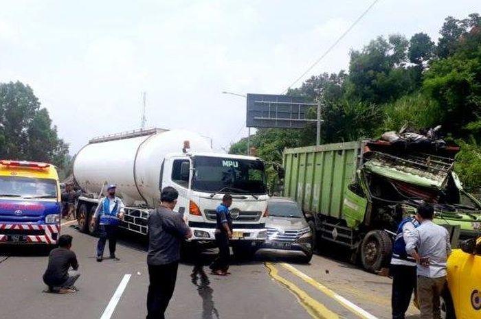 Kecelakaan beruntun terjadi di ruas tol Cipularang KM 97+700/B arah Jakarta, (28/9/21)
