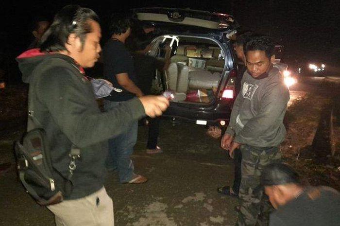 Tim Opsnal Satreskrim Polres Pelalawan memeriksa isi kabin Toyota Kijang Innova berisi 875 ekor burung ciblek dan gelatik