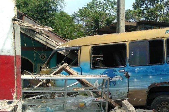 Warung milik warga Kampung Purwasari RT 4/5, Cicurug, Sukabumi, Jawa Barat ditabrak Mitsubishi L300 hingga ambruk