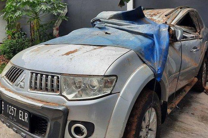 Mitsubishi Pajero Sport milik Sudarto usai dievakuasi karena ditimpa pohon di jalan raya Kalimulya, Cilodong, kota Depok