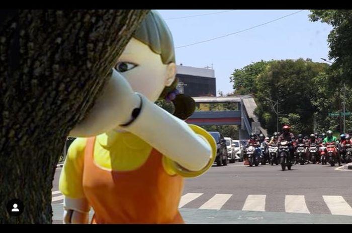 Boneka Squid Game yang diperlihatkan Dishub Surabaya