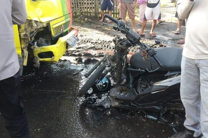 Honda BeAT Street ditabrak truk dari arah berlawanan usai oleng menghajar lubang jalan di Jalan Lintas Sumatera, desa Banjarsari, Merapi Timur, Lahat, Sumsel