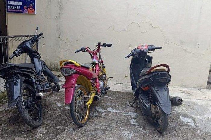 Tiga motor bodong yang diserahkan pemilik secara sukarela kepada Polsek Tebing Tinggi, Empat Lawang, Sumatera Selatan