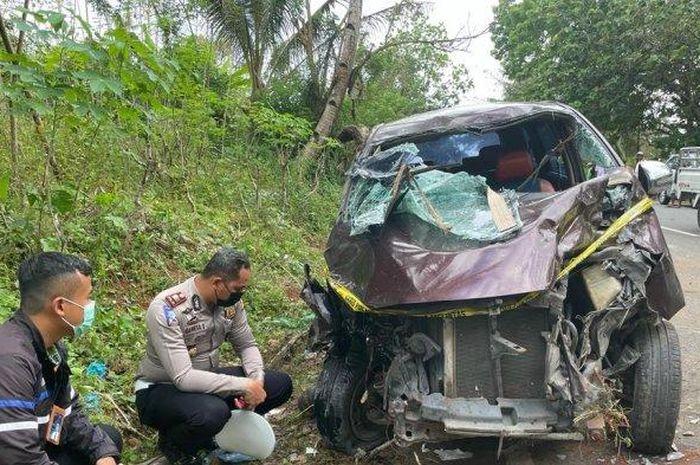 KOndisi Toyota Avanza yang rusak parah setelah terlibat kecelakaan