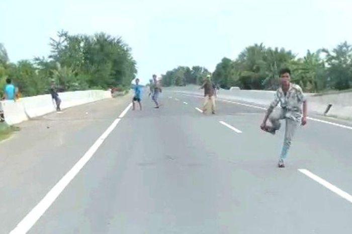 Bikin Resah Pengemudi, Preman Nekat Memalak di Tengah Jalan Tol, Kalau Enggak Dikasih Uang Batu Melayang
