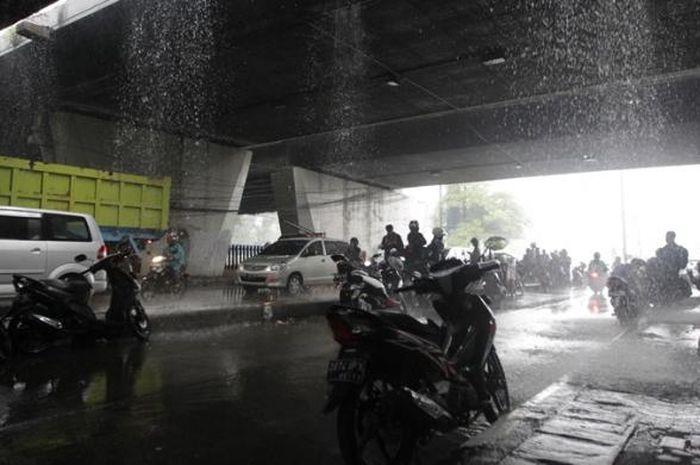 Berteduh di Kolong Jembatan Layang (flyover) mengganggu pengendara yang melintas.