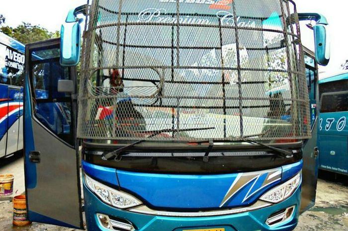 Ilustrasi bus lintas Sumatera memakai tameng di kaca depan