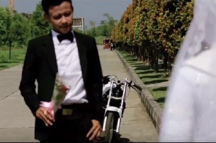 So Sweet Ini Dia Video Prewedding Ala Joki Drag Bike Gridoto Com