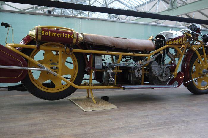 Bohmerland Langtouren dengan dua tuas persnelingnya, satu di depan berupa tuas dan satu lagi di belakang berbentuk pedal