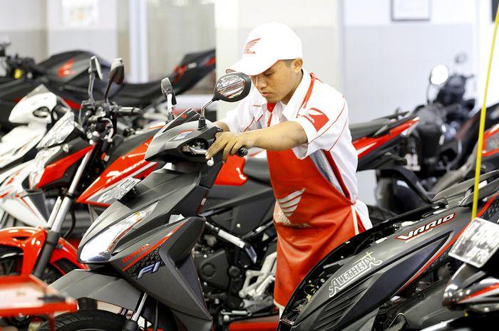 Ilustrasi servis berkala di bengkel resmi motor Honda
