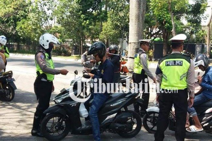 Petugas Satlantas Polres Malang Kota melaksanakan razia Operasi Zebra.