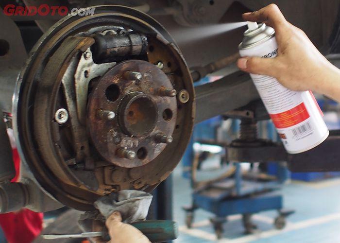 Cara Membersihkan Rem Mobil Dengan Brake Cleaner Semua Halaman Gridoto Com