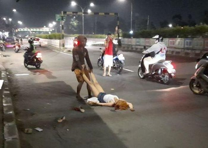 Heboh Wanita Berpakaian Seksi Keluar Mobil Terjatuh Lalu Meronta Dan Berguling Di Tengah Jalan Warga Tak Berani Mendekat Gridoto Com