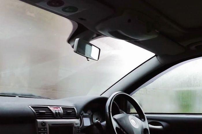 Ilustrasi kaca mobil berembun