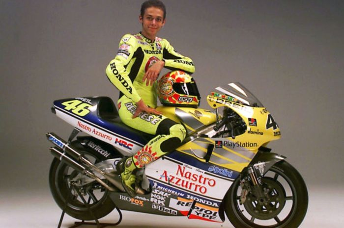 Flashback! melihat lahi kiprah Valentino Rossi saat membela tim sateli Honda, Nastro Azzurro pada awal 2000-an.