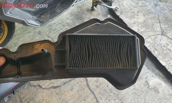 Filter udara Honda PCX 150 yang sudah kotor bikin TPS jadi numpuk kotoran