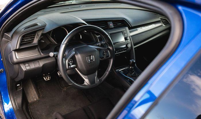 Area dasbor Honda Civic Hatchback Turbo masih terlihat standar pabrik