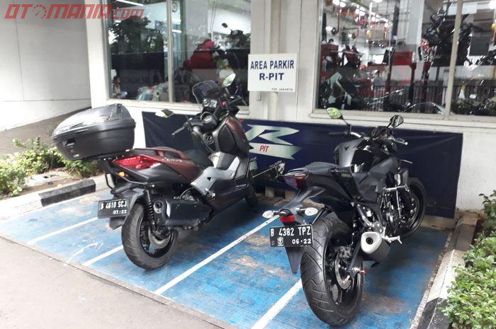 Area parkir r-pit yamaha flagship shop cempaka putih