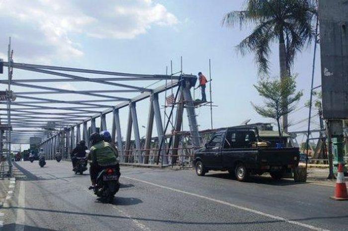 Ilustrasi berkendara di jembatan