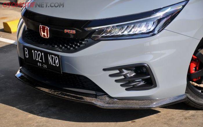 Lips carbon di bawah bumper depan, perkuat aura sporty