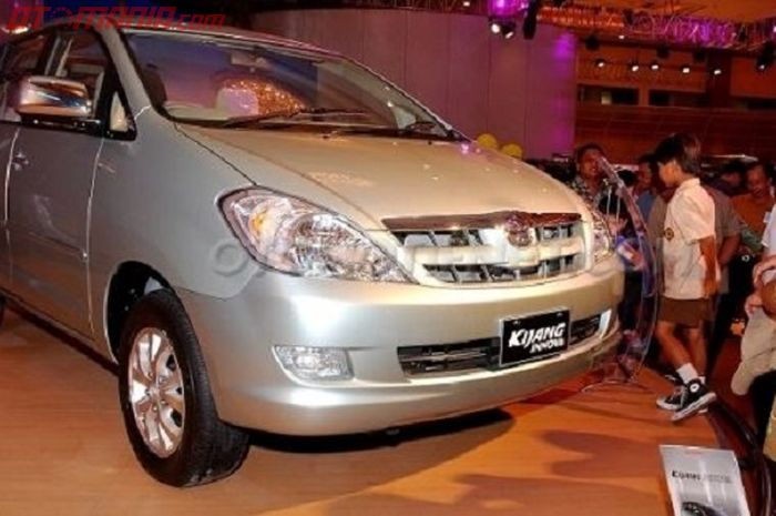 Toyota Kijang Innova keluaran awal tahun 2004