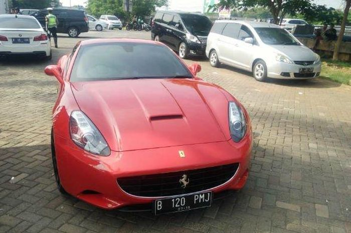 Mobil Ferrari California bernopol B 120 PMJ terjaring razia gabungan di Jalan Pantai Indah Utara, Kapuk Muara, Penjaringan, Jakarta Utara, Jumat (23/11/2018).