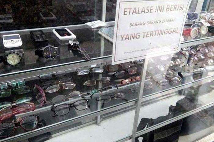 etalase ini simpan barang-barang yang tertinggal di Masjid Rest Area 97  tol Purbaleunyi