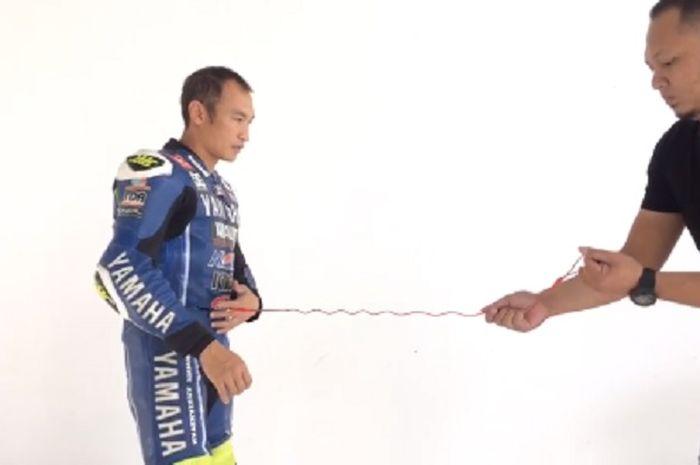 Wearpack akan dihungkan melalui tali, saat rider terjatuh dari motor, tali itu akan membuat airbag mengembang sebelum terputus