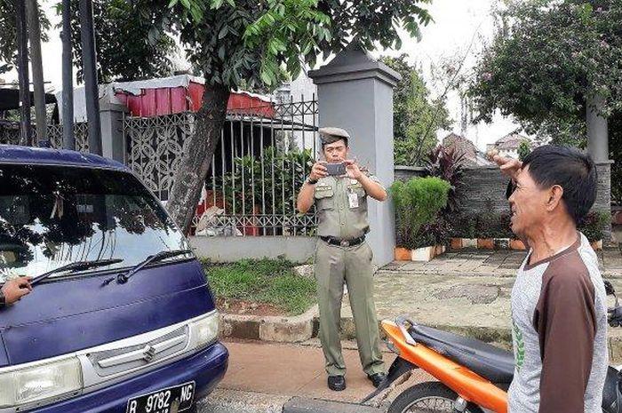 Seorang sopir pick up bernama Mahfud dihukum oleh Petugas Dishub hormat ke arah mobil lantaran melanggar aturan parkir sembarangan di Jagakarsa, Jakarta Selatan pada Rabu (5/12/2018).