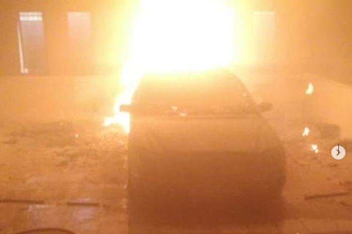 Mercedes-Benz S320 yang terbakar di dalam bengkel kawasan Jl Kolonel Sugiono Kav 34, Duren Sawit, Jakarta Timur