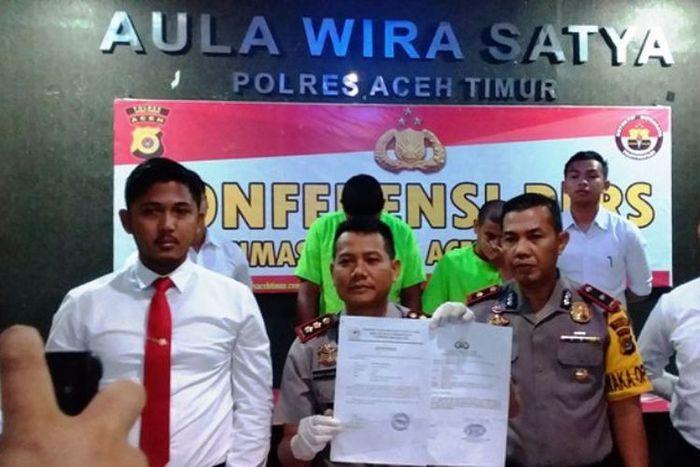 Kapolres Aceh Timur AKBP Wahyu Kuncoro, memperlihatkan tersangka yang mengaku sepeda motor hilang dan memalsukan tandatangan Kapolres Aceh Utara di Mapolres Aceh TImur, Selasa (20/11/2018)