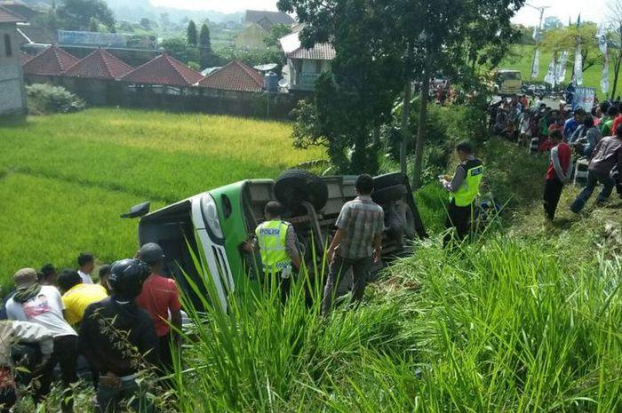 Bus Pariwisata yang terguling akibat nggak kuat nanjak di jalan menuju Telaga Sarangan, Magetan Jawa Timur