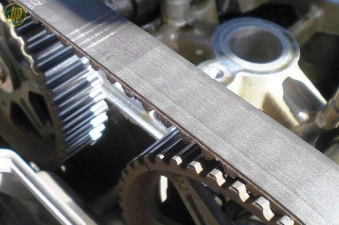 Timing belt di mesin mobil