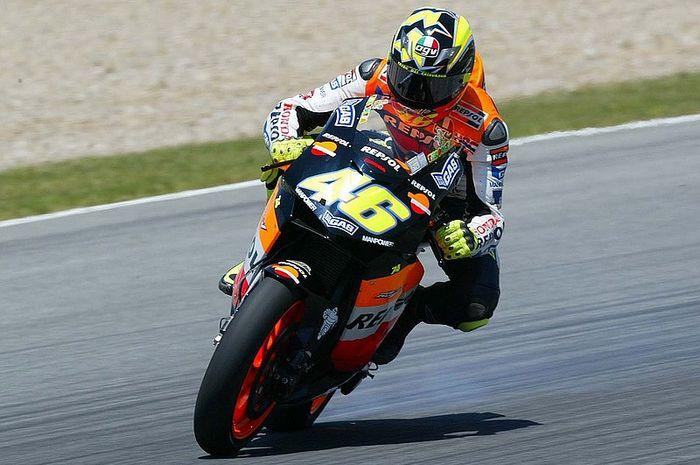 Rear wheel sliding alias meluncur dengan ban belakang saat menikung sangat populer di MotoGP, tapi kenapa sekarang tidak terpakai?