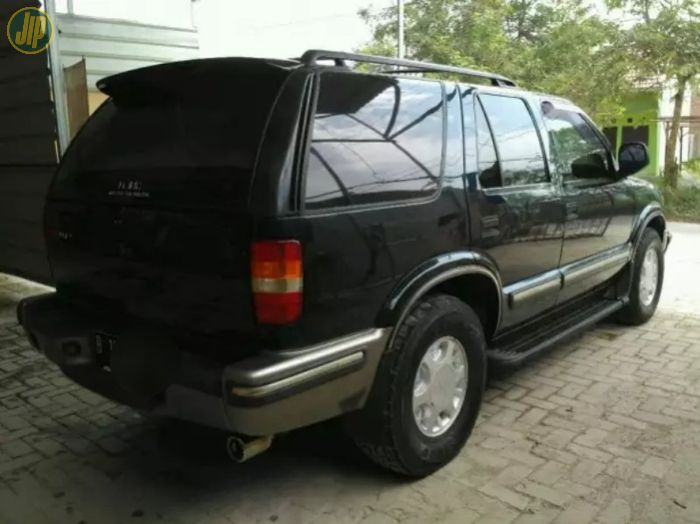 Tampak belakang Opel Blazer DOHC tahun 2000