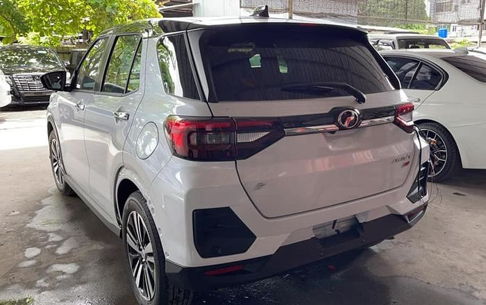 Tampilan belakang Daihatsu Rocky menjadi Toyota Raize