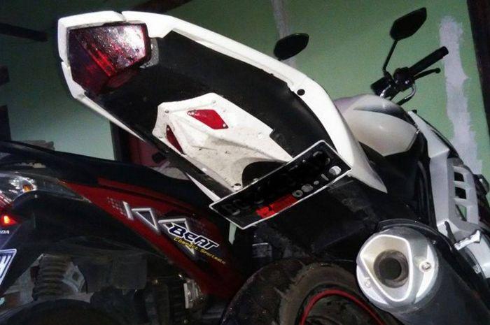 Ilustrasi pemasangan plat nomor di kolong motor
