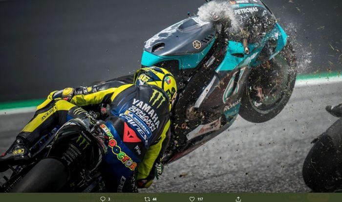 Momen saat Valentino Rossi nyaris tertimpa ringsekan motor Franco Morbidelli.