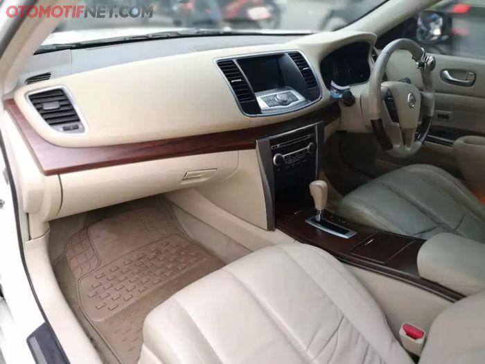 Layout dasbor Nissan Teana generasi kedua