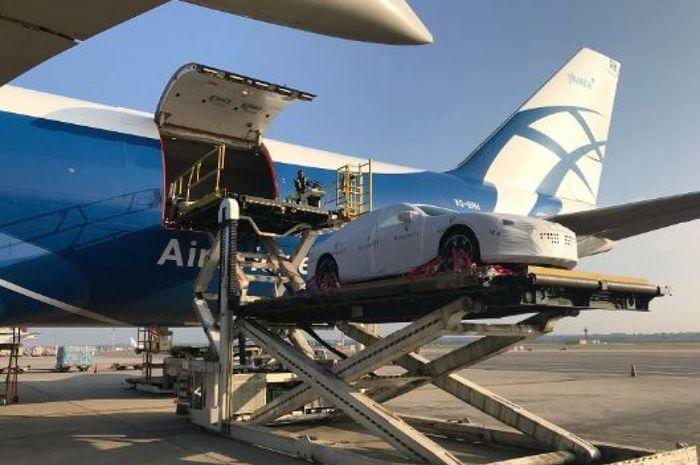 Mobil Maserati yang dibeli pemerintah Papua Nugini tiba di bandara Port Moresby