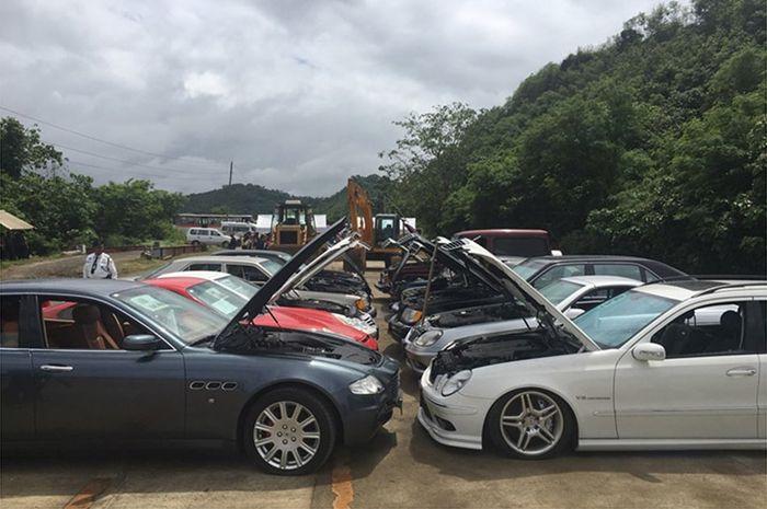 Puluhan mobil yang siap dihancurkan