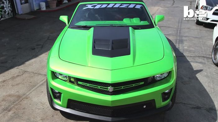 Warna bodi slick green bikin Chevrolet Camaro lebih mentereng