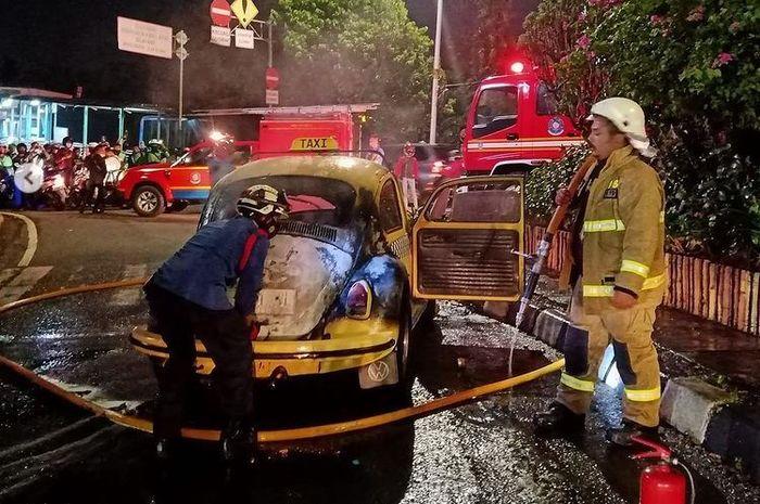 Petugas berhasil memadamkan api yang membakar ruang mesin VW Kodok di Jalan Raya Ragunan, Pasar Minggu, Jaksel
