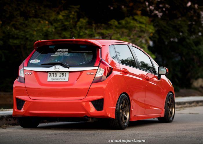 Modifikasi Honda Jazz GK5 dilabur warna Porsche dan upgrade bodi Fit RS