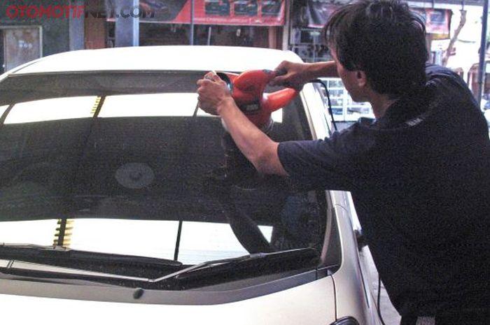 Ilustrasi poles kaca depan untuk menghilangkan scratch dan jamur kaca