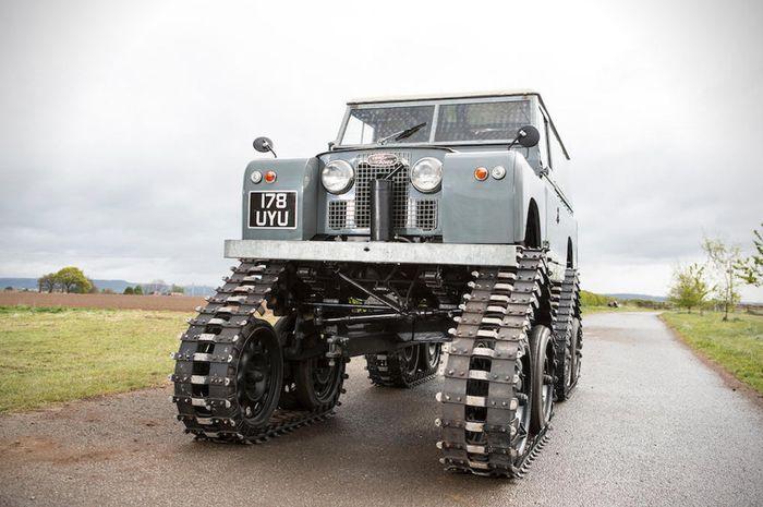 Modifikasi Land Rover lansiran 1958 pakai roda ala tank
